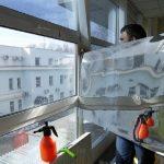 Как и чем можно снять солнцезащитную пленку с окна?