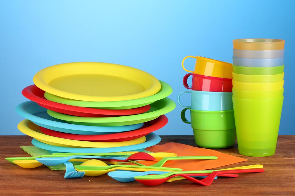 Яркая пластмассовая посуда