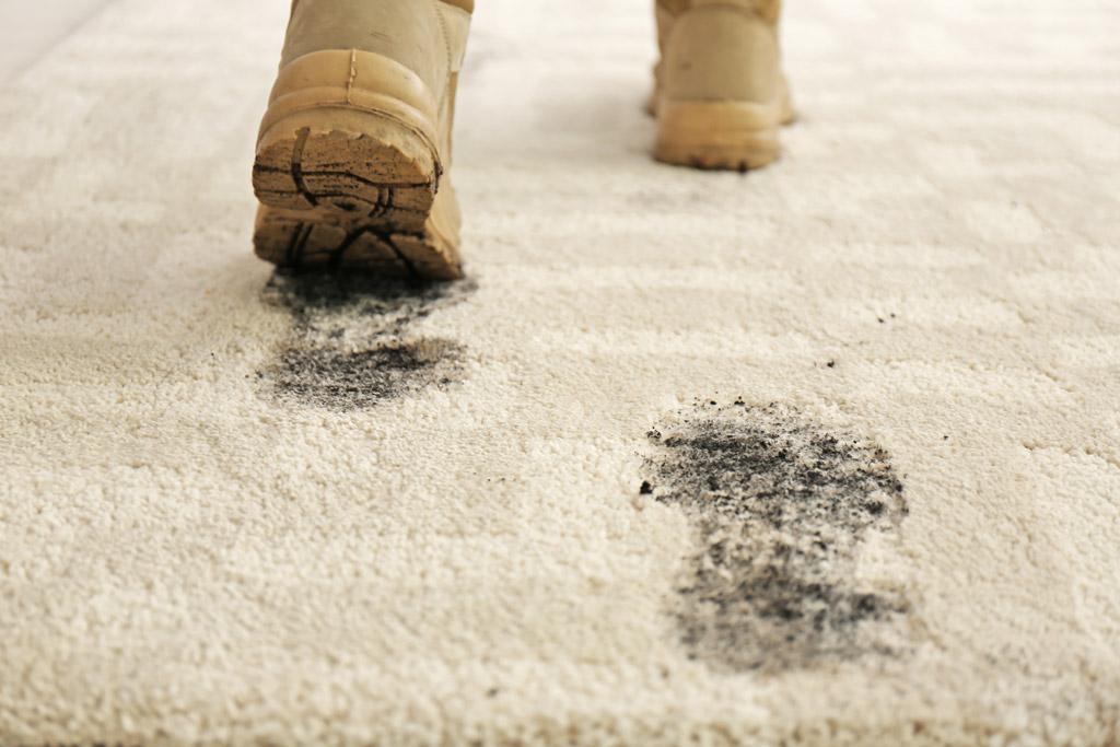По ковру грязной обувью