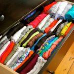 Сложенные свитера кофты и майки