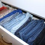 Сложенные штаны и джинсы