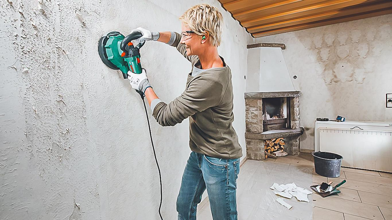 Удаление краски с помощью строительного инструмента